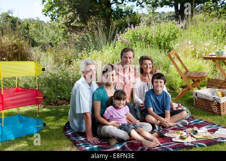 Drei-Generationen-Familie im Park mit Picknick - Stockfoto
