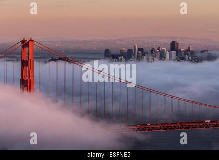 USA, Kalifornien, San Francisco, Golden Gate und Stadt - Stockfoto