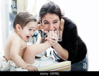 Mutter ihres Sohnes Zehen zum Spaß beißen - Stockfoto