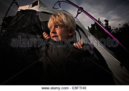 Angst vor jungen suchen aus Zelt öffnen in der Nacht, Colorado, America, USA - Stockfoto