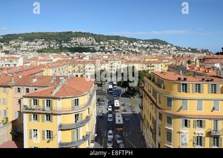 Panoramablick über Place Garibaldi Stadtplatz oder Plaza und die Dächer der Altstadt Nice Alpes-Maritimes Frankreich - Stockfoto