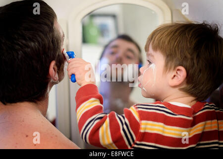 Vater und Sohn rasieren (2-3 Jahre) - Stockfoto