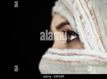 Blick auf Mädchen mit Gesicht bedeckt - Stockfoto