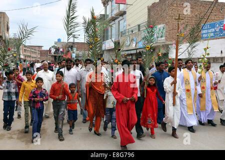 Katholische christliche Pilger marschieren während der Palmsonntag Prozession durch das christliche Viertel Youhanabad - Stockfoto