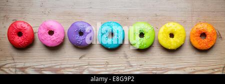 Bunte Donuts in Folge - Stockfoto