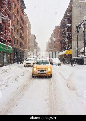 USA, New York City, Lower East Side, Chinatown, Yellow Cab im Schneesturm - Stockfoto