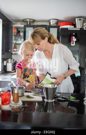 Mutter und Tochter, die Zubereitung von Speisen in der Küche - Stockfoto
