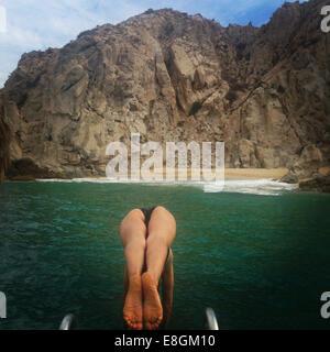 Frau, die ins Meer tauchen - Stockfoto