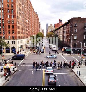 USA, New York City, Menschen Kreuzung Straße - Stockfoto