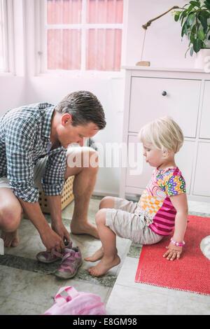 Vater Tochter dabei, Schuhe zu Hause unterstützen - Stockfoto