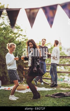 Freundinnen Tanzen Party auf dem Dach - Stockfoto
