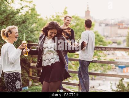 Freundinnen Tanzen während Party Dachgarten - Stockfoto