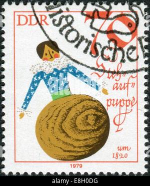Deutschland - ca. 1979: Briefmarke gedruckt in Deutschland (DDR), zeigt eine Vintage Puppe - Tumbler, 1820, ca. - Stockfoto