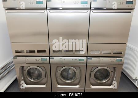 Waschmaschine und trockner in der waschküche in einer küche in