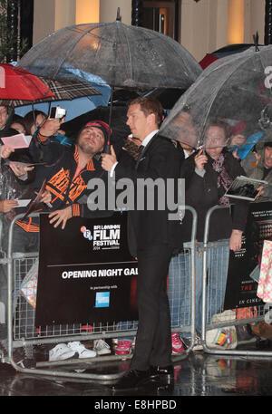 London, UK. 8. Oktober 2014. Benedict Cumberbatch besucht eine Screening The Imitation Game auf die Opening Night - Stockfoto
