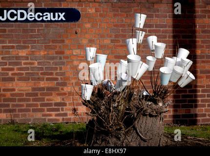 Wurf Bush in Manchester, UK, geschmückt mit Polystyrol weiß Tassen, eine improvisierte Kunst Dekoration an sprießende - Stockfoto