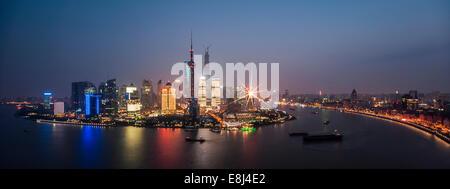 Skyline Financial District mit Oriental Pearl Tower, Shanghai Tower, Pudong Huangpu-Fluss in der Abenddämmerung, - Stockfoto