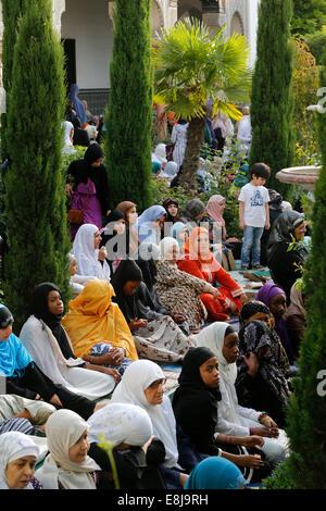 Muslime in die große Moschee von Paris auf A•d El-Fitr festival - Stockfoto