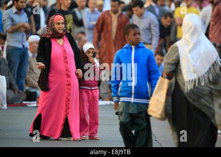 Muslime in die große Moschee von Paris auf A•d El-Fitr fest. - Stockfoto