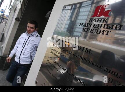 Moskau, Russland. 9. Oktober 2014. Eine Filiale der Bank Narodny Kredint. Vyacheslav Prokofiev © / TASS/Alamy Live - Stockfoto