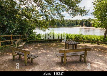 Schattige Wälder lakeside Picknickplatz mit Tisch und Sitzbänken neben Rufford See in Rufford Abbey Country Park, - Stockfoto