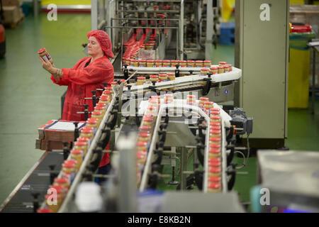 Peanut Butter Herstellung Pflanze Produktionslinie in der Fabrikhalle Familienunternehmen Duerr Marmeladen Lagers - Stockfoto