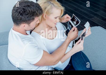 Süßes Paar Ultraschall Ergebnis miteinander zu suchen - Stockfoto