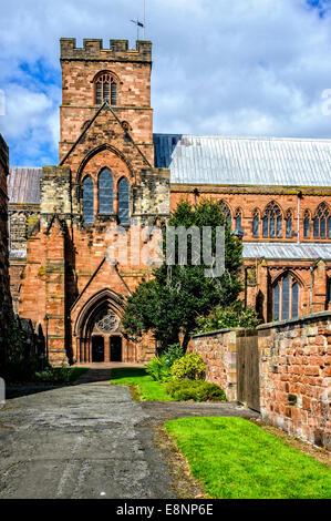Die gewölbten Eingang in die Kathedrale aus rotem Sandstein dominiert von einem hohen Turm und ausgestattet mit - Stockfoto