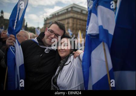 Glasgow, Schottland. 12. Oktober 2014. Hunderte von schottischer Nationalist versammeln sich in George Square für - Stockfoto