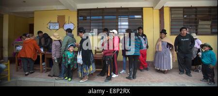 El Alto, Bolivien. 12. Oktober 2014. Bürgerinnen und Bürger warten, um ihre Stimmen in einer Schule in der Stadt - Stockfoto