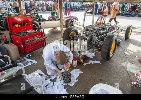 Mechaniker arbeiten an einem klassischen Vintage Lotus Auto Renngetriebe im Fahrerlager am Goodwood Revival 2014, - Stockfoto