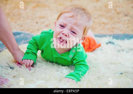 Baby Boy heulen hektisch während zu seiner Mutter die Hand greifen, nicht zulassen, dass ihr ihn in Ruhe lassen - Stockfoto