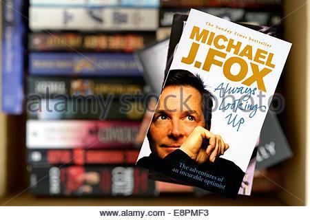 Michael J Fox Autobiographie immer Looking Up, gestapelt gebrauchte Bücher, England Stockfoto