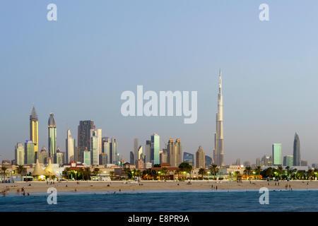 Skyline in der Abenddämmerung der Wolkenkratzer Burj Khalifa entlang der Sheikh Zayed Road von Jumeirah Open Beach - Stockfoto