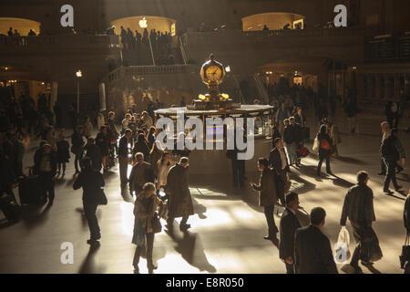 Arbeitnehmer Gießen durch Grand Central Terminal aus auf der ganzen Tri-State-Bereich auf dem Weg zur Arbeit in - Stockfoto