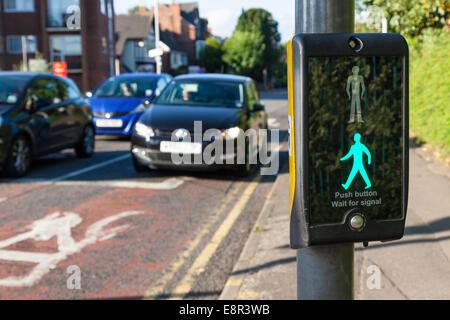 Green Man Zeichen beleuchtet an ein papageientaucher Kreuzung während Autos warten, Nottinghamshire, England, Großbritannien - Stockfoto