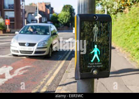 Auto an ein papageientaucher Fußgängerüberweg mit der Steuerung zeigt eine beleuchtete grüne Mann Zeichen, Nottinghamshire, - Stockfoto