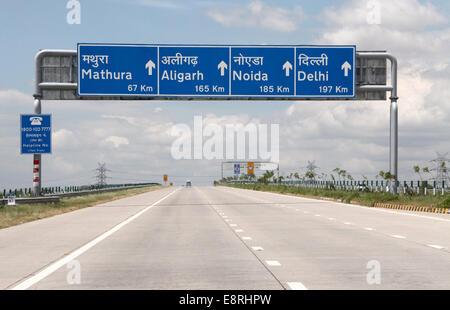 Yamuna Expressway verbindet Delhi mit Agra in Indien - Stockfoto