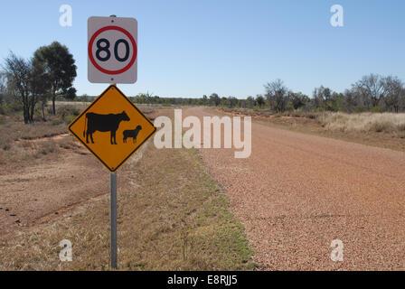 Tempolimit und gelb Warnung Verkehrszeichen auf der Straße in der Nähe von urdera Charters Towers, Queensland, Australien - Stockfoto