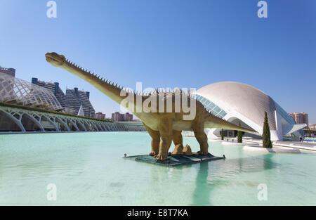Dinosaurier-Statue, Kuppel des Hemisfèric Kinos am Rücken, Ciudad de Las Artes y de Las Ciencias, Stadt der Künste - Stockfoto