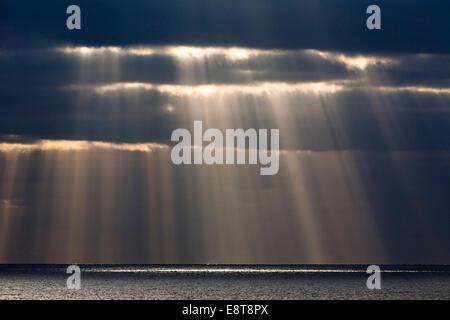Sonne Strahlen durch dunkle Gewitterwolken, Fuerteventura, Kanarische Inseln, Spanien - Stockfoto