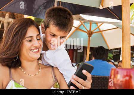 Mutter und Sohn mit Handy - Stockfoto