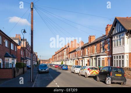 Typische Stadt Wohnstraße mit gemischten Stilen des Gehäuses im älteren Teil der Wiesen, Nottingham, England, Großbritannien - Stockfoto