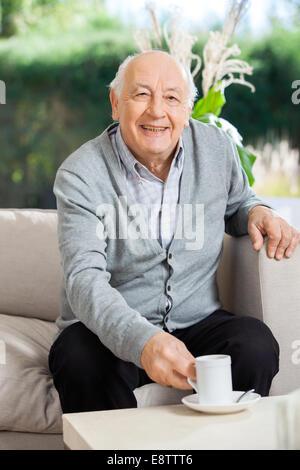 Happy Senior woman Kaffeetrinken im Pflegeheim Veranda - Stockfoto