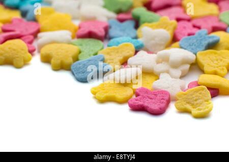 Bunten Süßigkeiten Konfetti auf dem weißen Hintergrund - Stockfoto