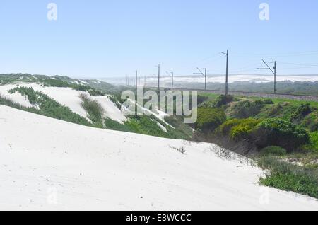 Weißen Sanddünen von Südafrika (Western Cape, Eland es Bay) und Sishen-Saldanha Eisen Erz Eisenbahn im Hintergrund - Stockfoto