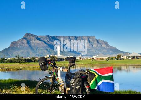 Ein Fahrrad und die südafrikanische Flagge vor Tafelberg, Kapstadt, Südafrika - Stockfoto