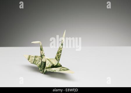 Origami-Kranich hat der Dollar-Schein auf die Theke - Stockfoto