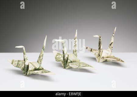 Origami-Kraniche Dollarscheine auf Theke gemacht - Stockfoto