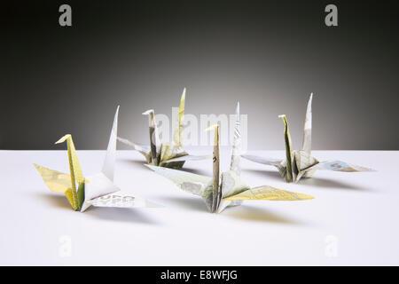 Origami-Kraniche auf Zähler von Euro gemacht - Stockfoto